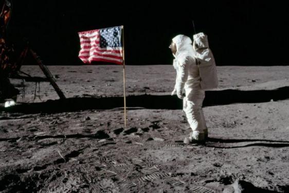 Είναι απάτη η κατάκτηση της Σελήνης;