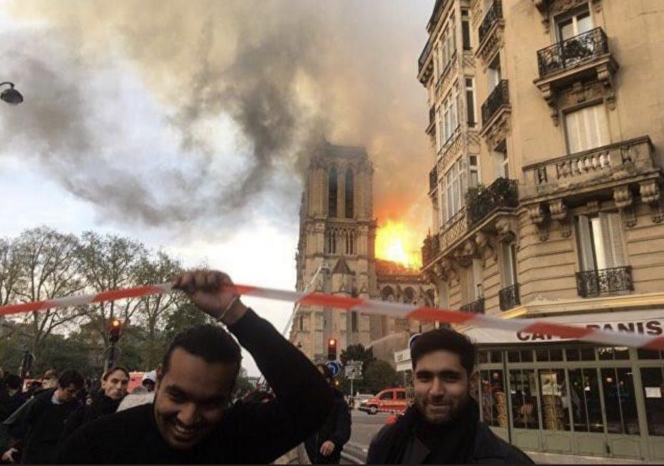 Γέλαγαν μουσουλμάνοι μπροστά από την φλεγόμενη Notre-Dame;